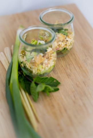 Laab-Tofu mit Kräutern und Gurke